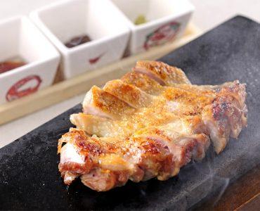 ほどよい歯ごたえとコクある美味しさが愉しめる「京都産の丹波黒どり」を使用した石焼き。皮めはパリッと香ばしく焼き上げました。